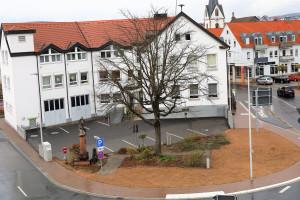 Rathausvorplatz mit Urrugne-Eiche und Kriegerdenkmal