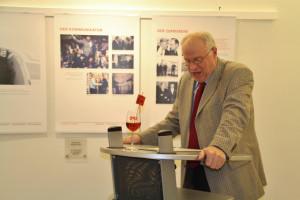 Werner Baur begrüßt die Besucher der Ausstellung im Haus der Begegnung