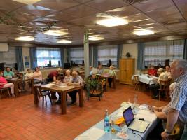 Werner Baur begrüßt die zahlreichen Besucher der OV-Versammlung