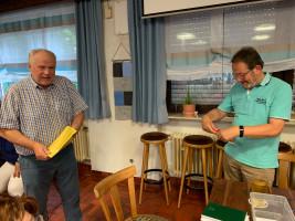 Werner Baur begrüßt H.-J. Mengel als neues SPD-Mitglied im Ortsverein