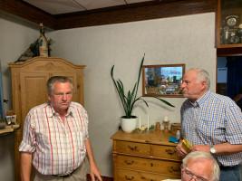 Werner Baur begrüßt H. Mayer als neues SPD-Mitglied im Ortsverein