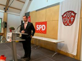 Uli Grötsch, der Generalsekretär der BayernSPD, hält die Festrede