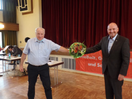 Werner Baur beglückwünscht Bernd Rützel zum überragenden Ergebnis
