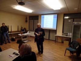 Volker Zahn stellt die Rettungsdose vor.