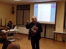 Volker Zahn erklärt die Broschüre zum Betreuungsrecht.