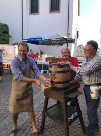 BGM Martin Stock beim Bieranstich mit Unterstützung von Volker Zahn und Norbert Elbert