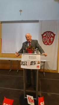 Werner Baur begrüßt die Gäste und stellt der Ortsverein vor